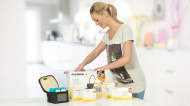 Mutter mit Medela Muttermilch Store & Feed Set
